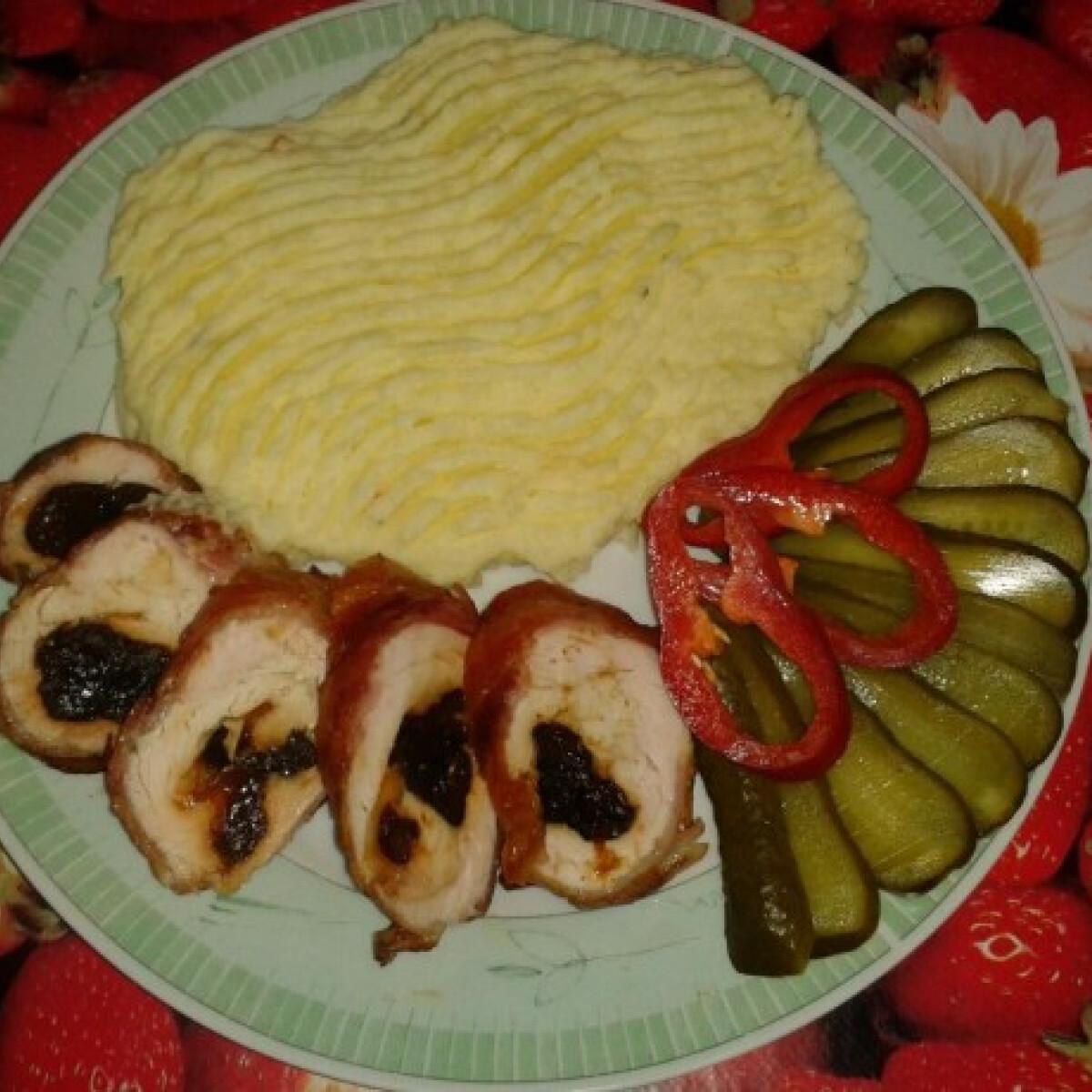 Ezen a képen: Aszalt szilvával és sajttal töltött csirkemell