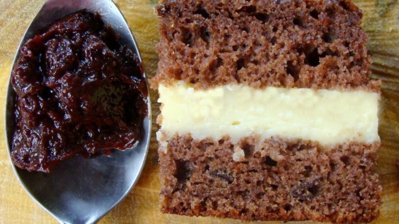 Barna sütemény egy korty pálinkával