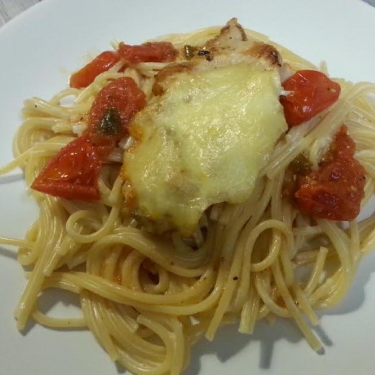 Ezen a képen: Mozzarellás csirkemell fokhagymás spagettivel