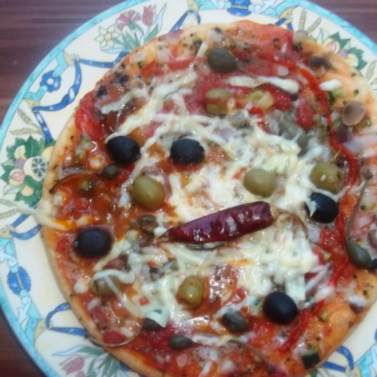 Ezen a képen: Pizza sok zöldséggel és sajttal