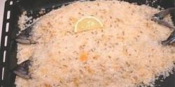 Illatos sókéregben sült makréla