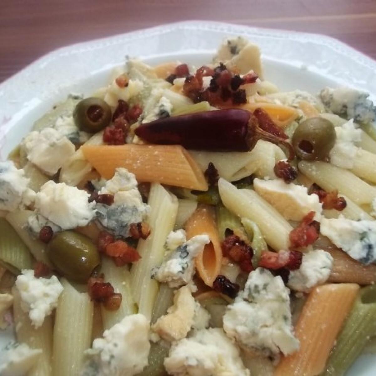 Fehérboros-tejszínes-baconös penne kéksajttal és chilivel