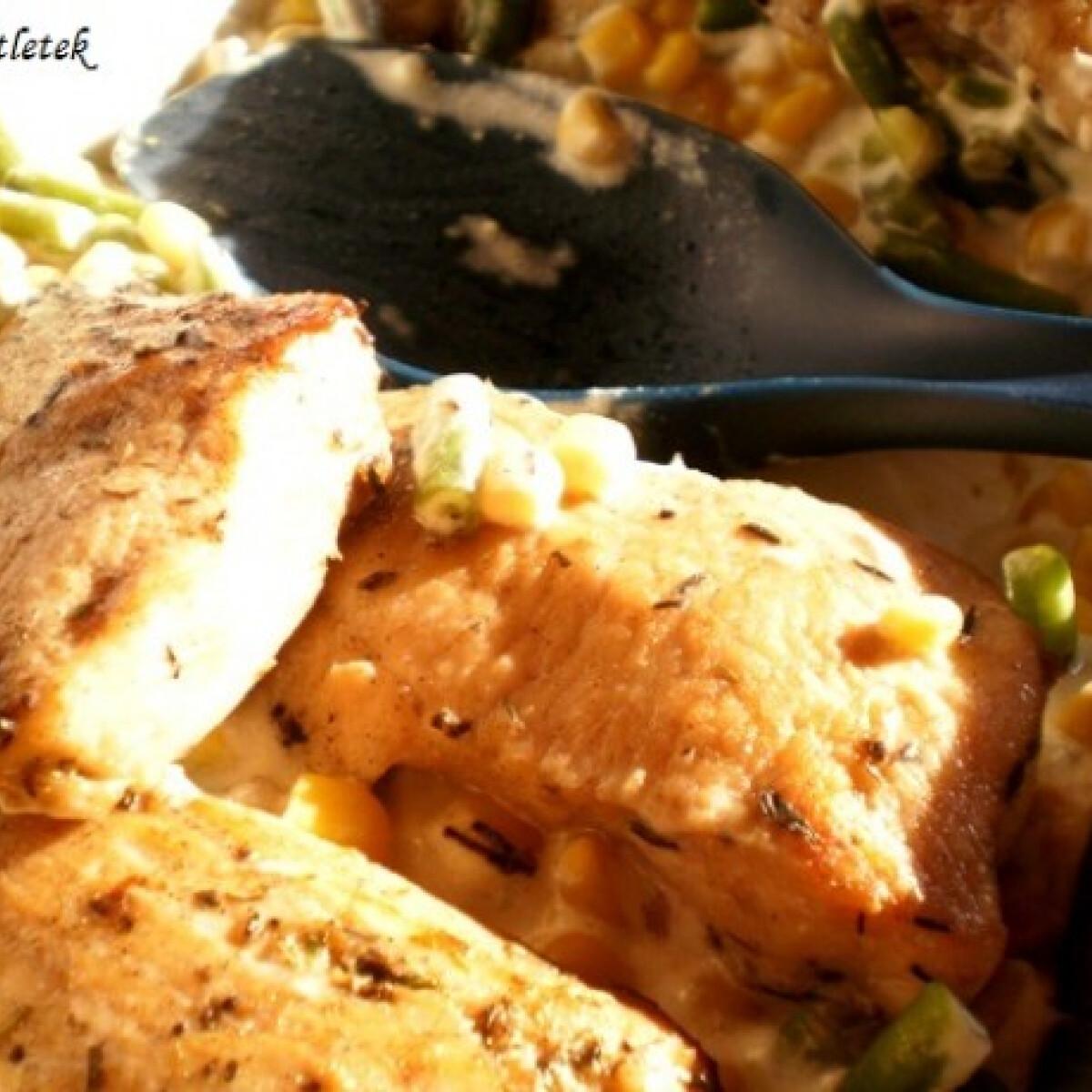 Ezen a képen: Tejfölös zöldségágyon sült csirke és halfilé