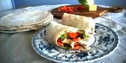 Gluténmentes wrap zöldségekkel és sajttal