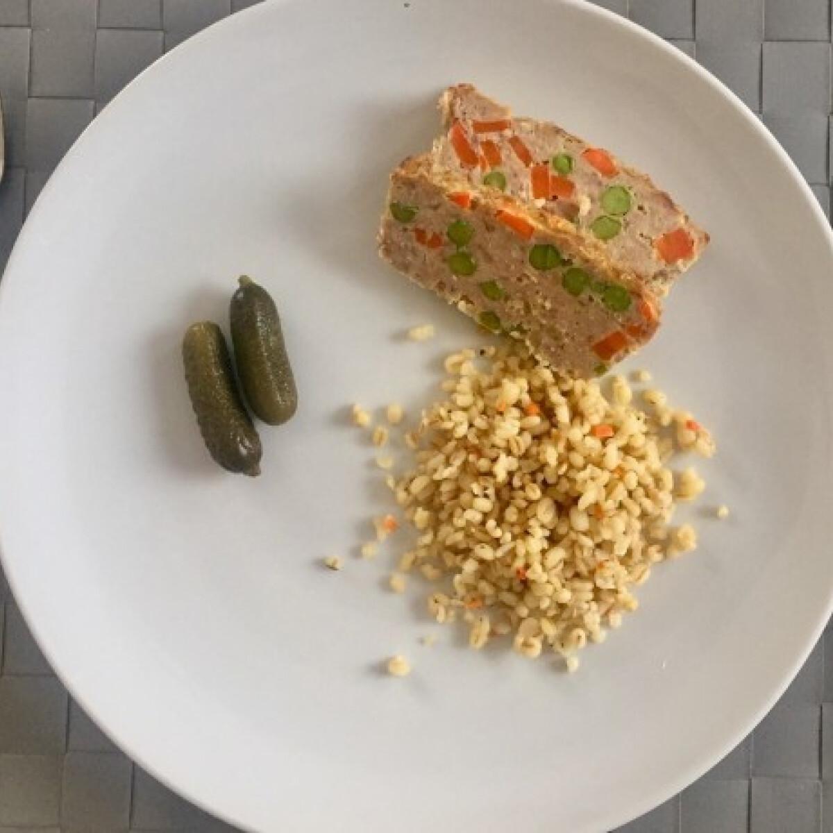 Ezen a képen: Zöldborsós-sárgarépás, egyben sült fasírozott