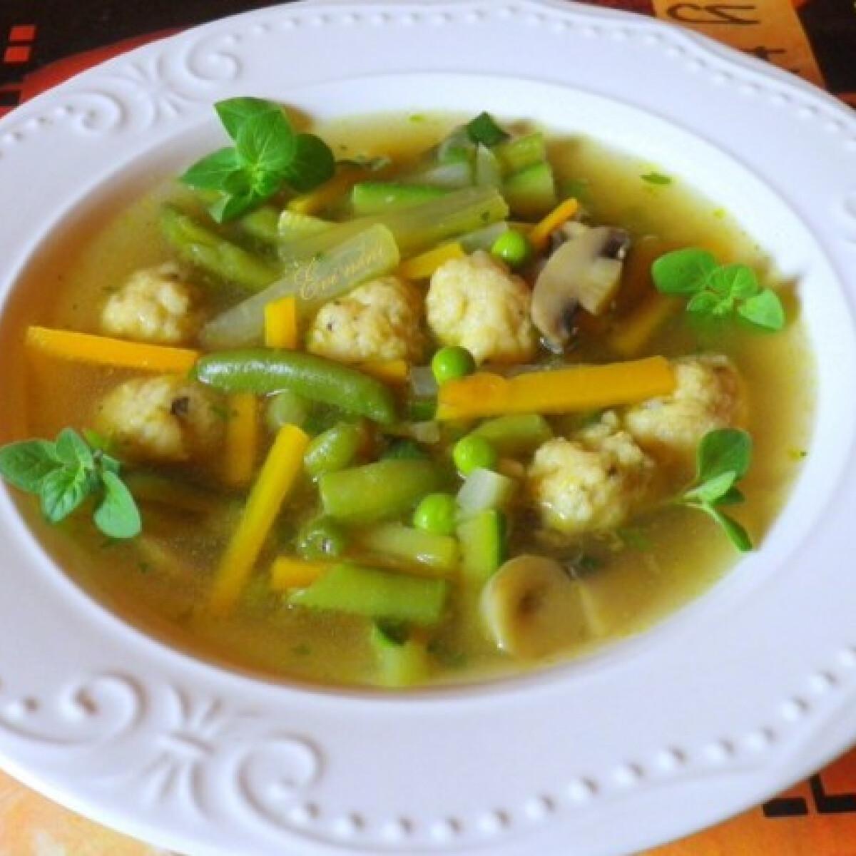 Ezen a képen: Zöldségleves sajtgombóccal