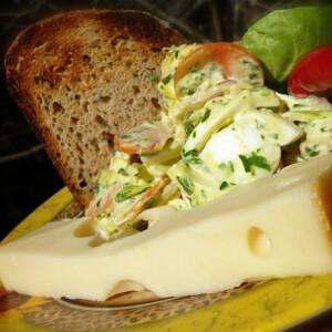 Majonézes tojássaláta nyers zöldségekkel