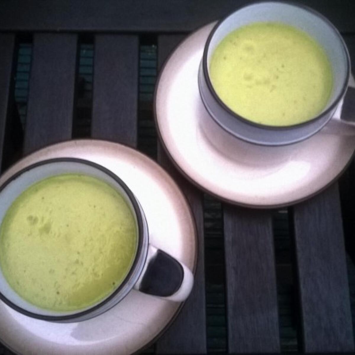 Ezen a képen: Curry-s avokádóleves