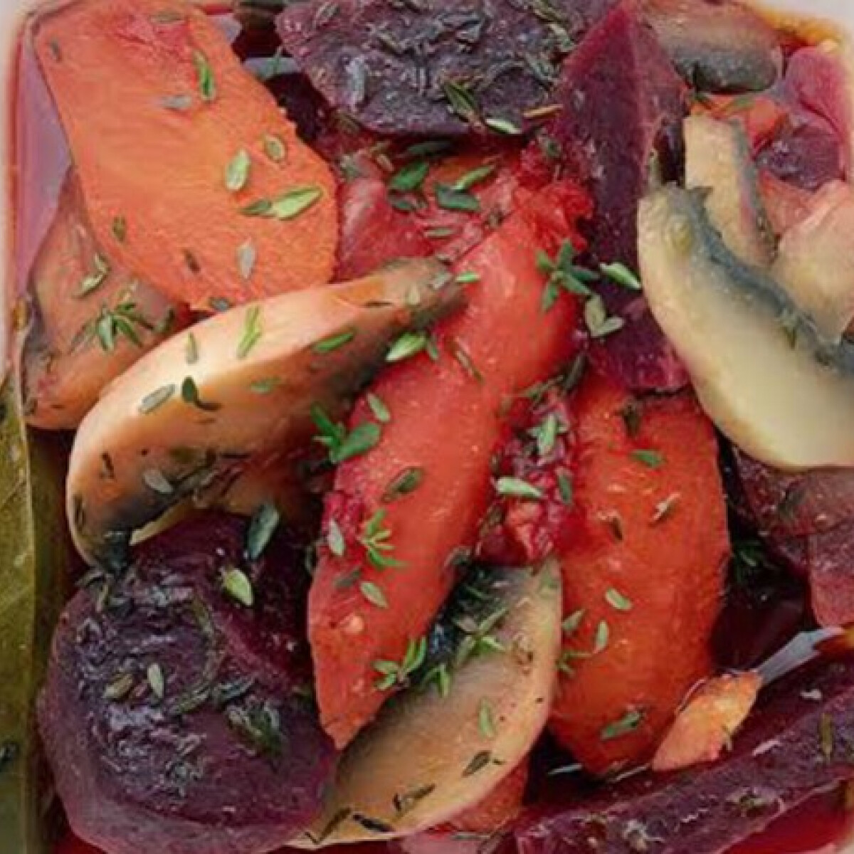 Ezen a képen: Vörösborban párolt kakukkfüves téli zöldségek