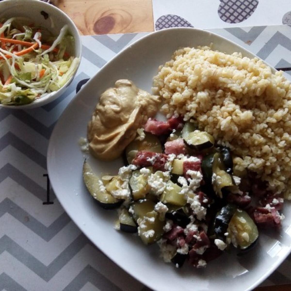 Sült sonkás cukkini bulgurral és salátával
