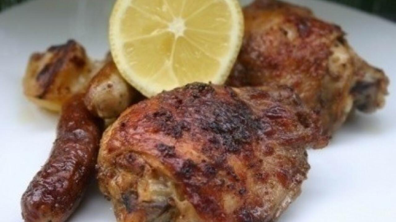 Grillkolbásszal sült citromos csirkecomb