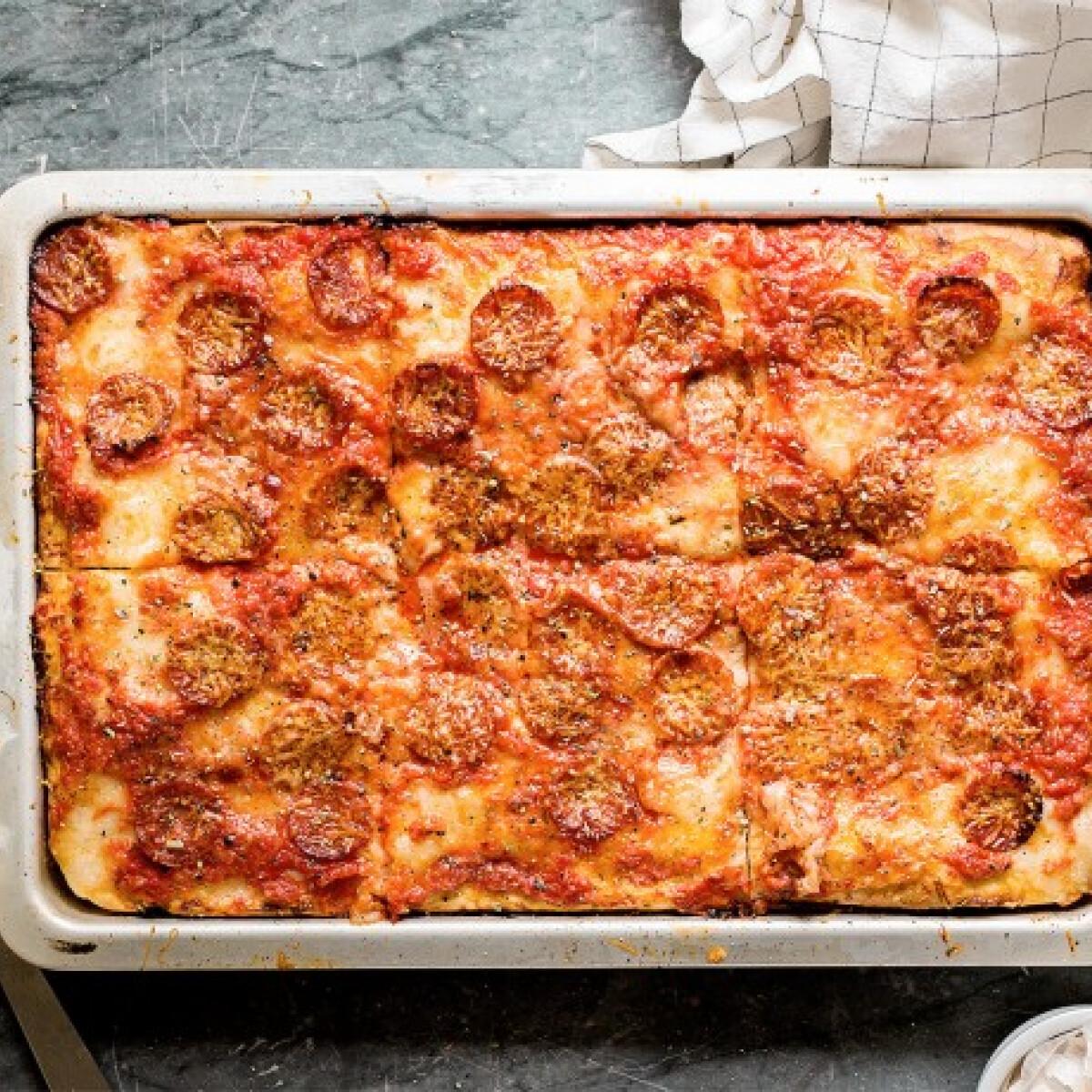 Ezen a képen: Kolbászos tepsis pizza