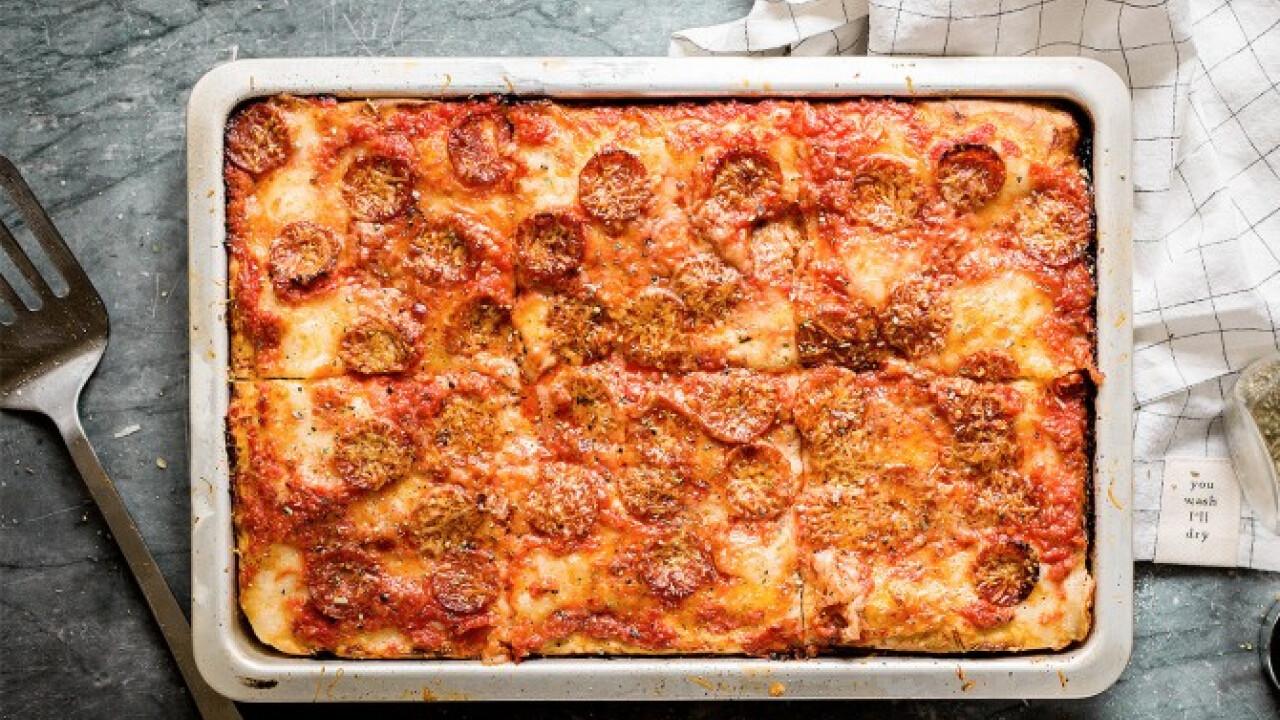 Kolbászos tepsis pizza