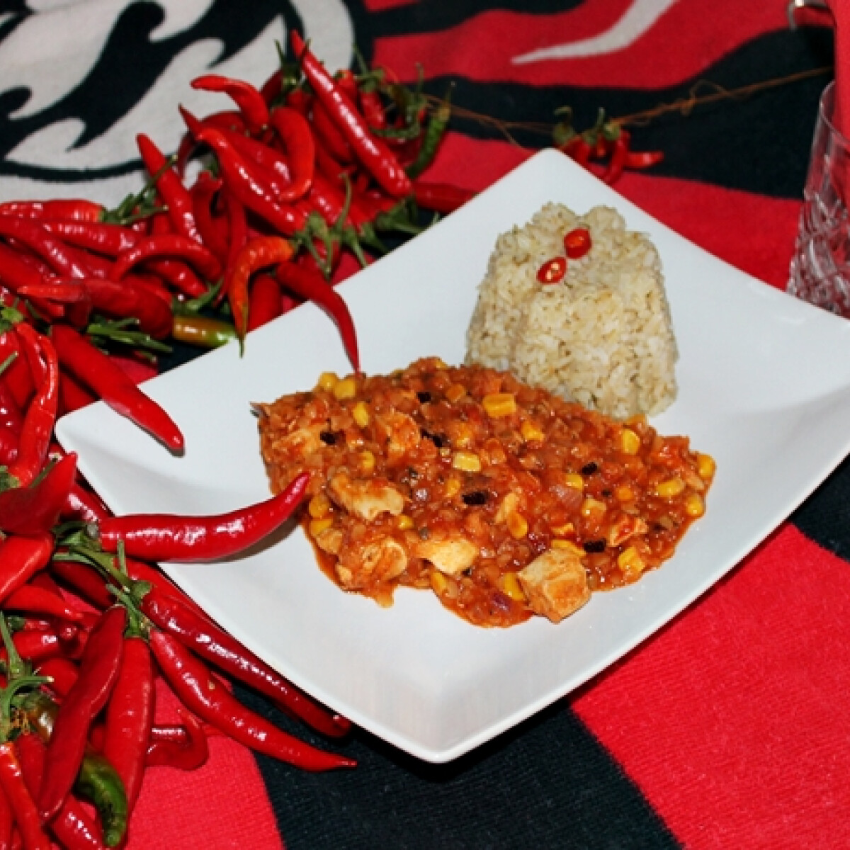 Ezen a képen: Chili con carne bulgurral tálalva