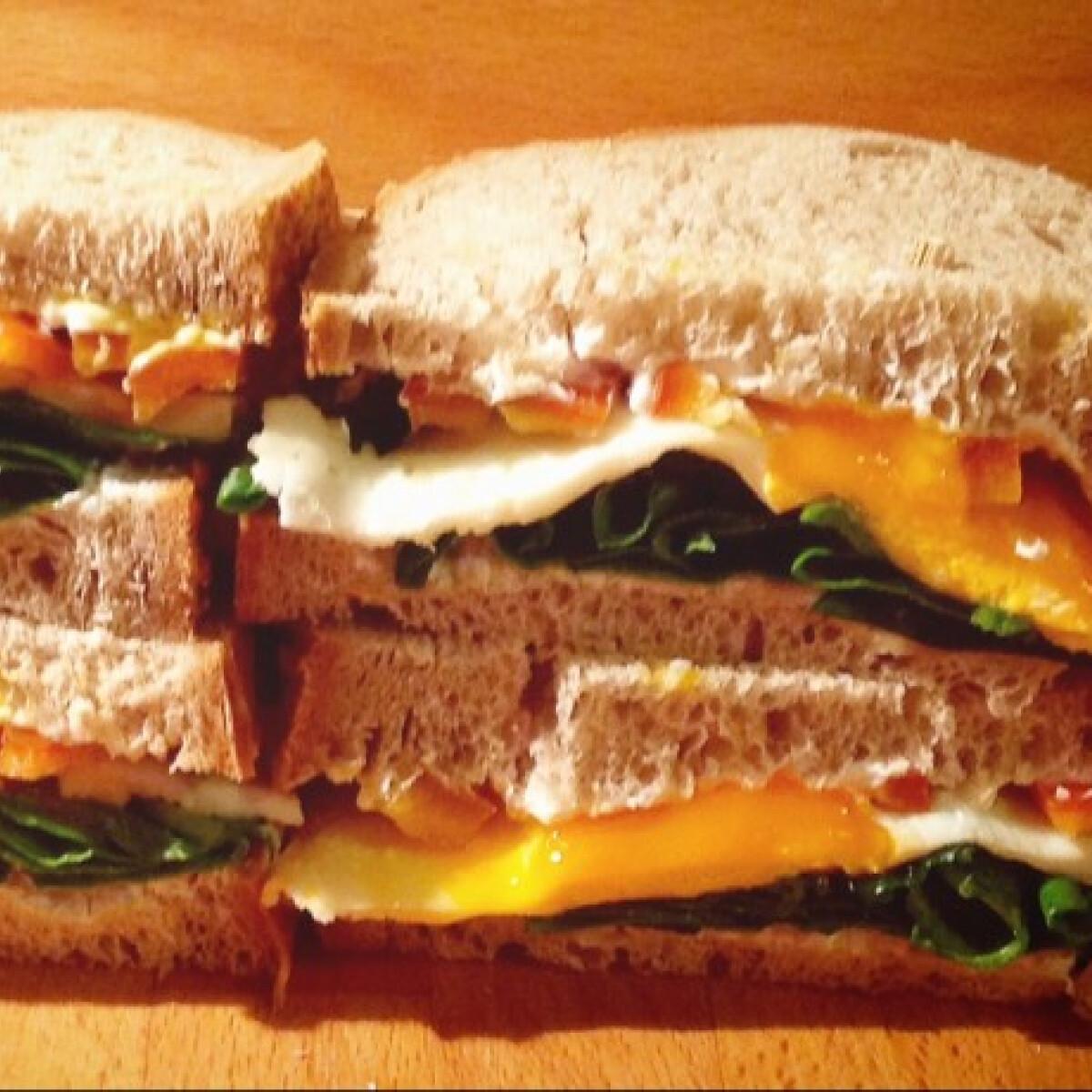 Spenótos-tükörtojásos szendvics