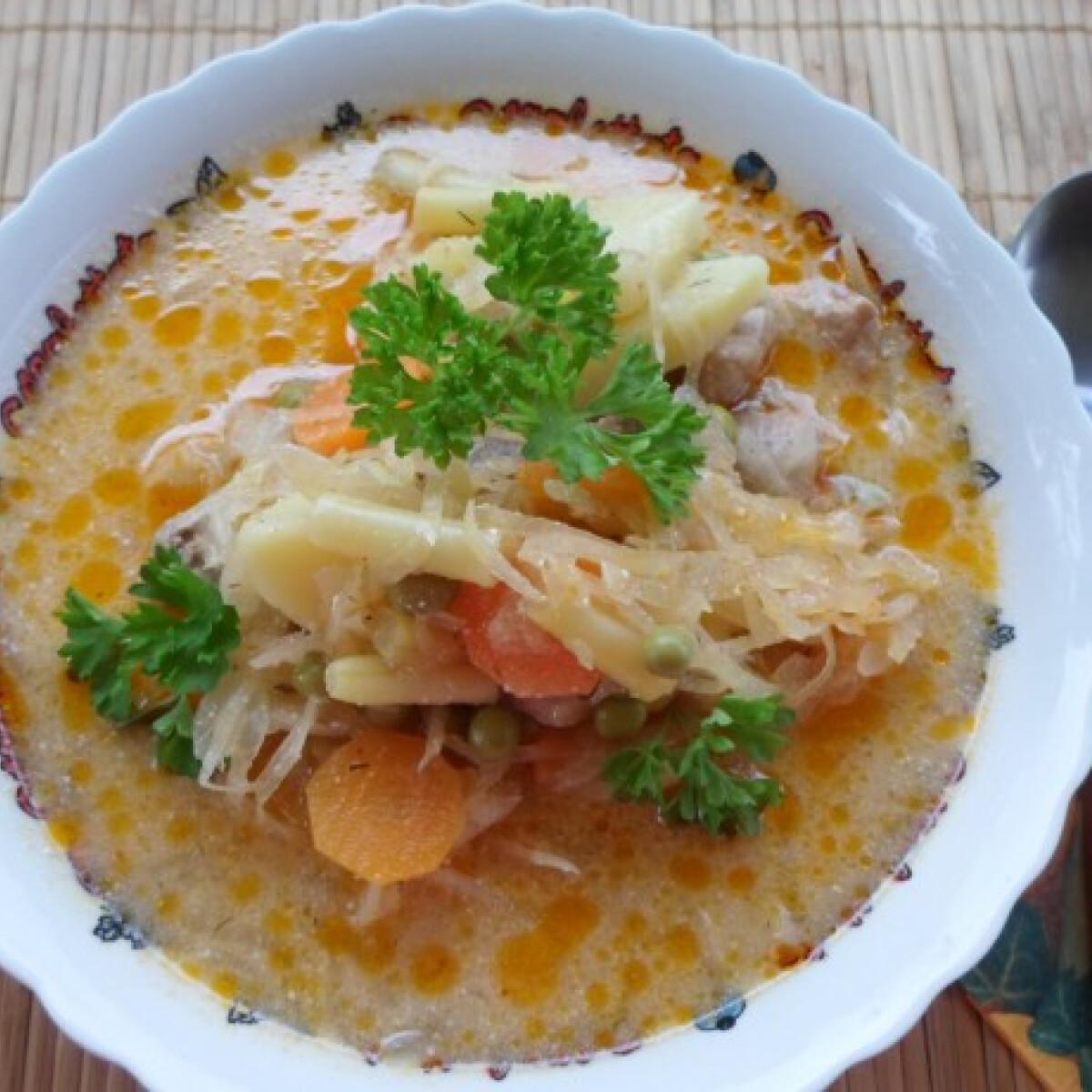 Ezen a képen: Savanyúkáposzta-leves kert javából