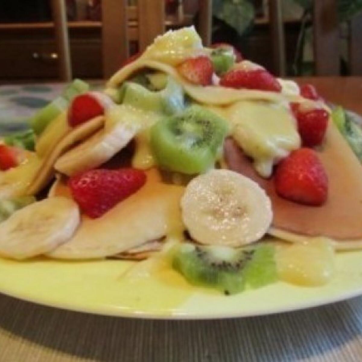 Ezen a képen: Gyümölcsös palacsintatorta gyereknapra