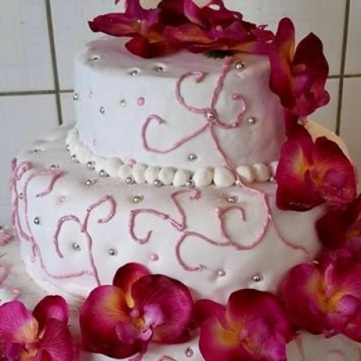 Ezen a képen: Emeletes torta