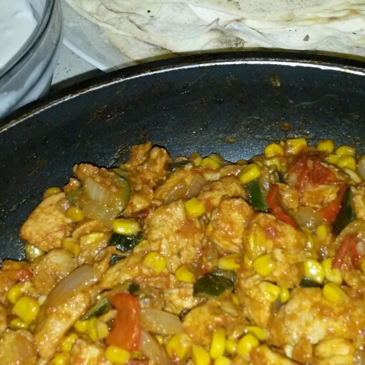 Ezen a képen: Mexikói csirkeragu kripili konyhájából