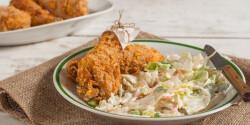 Sütőben sült csirkecomb coleslaw salátával