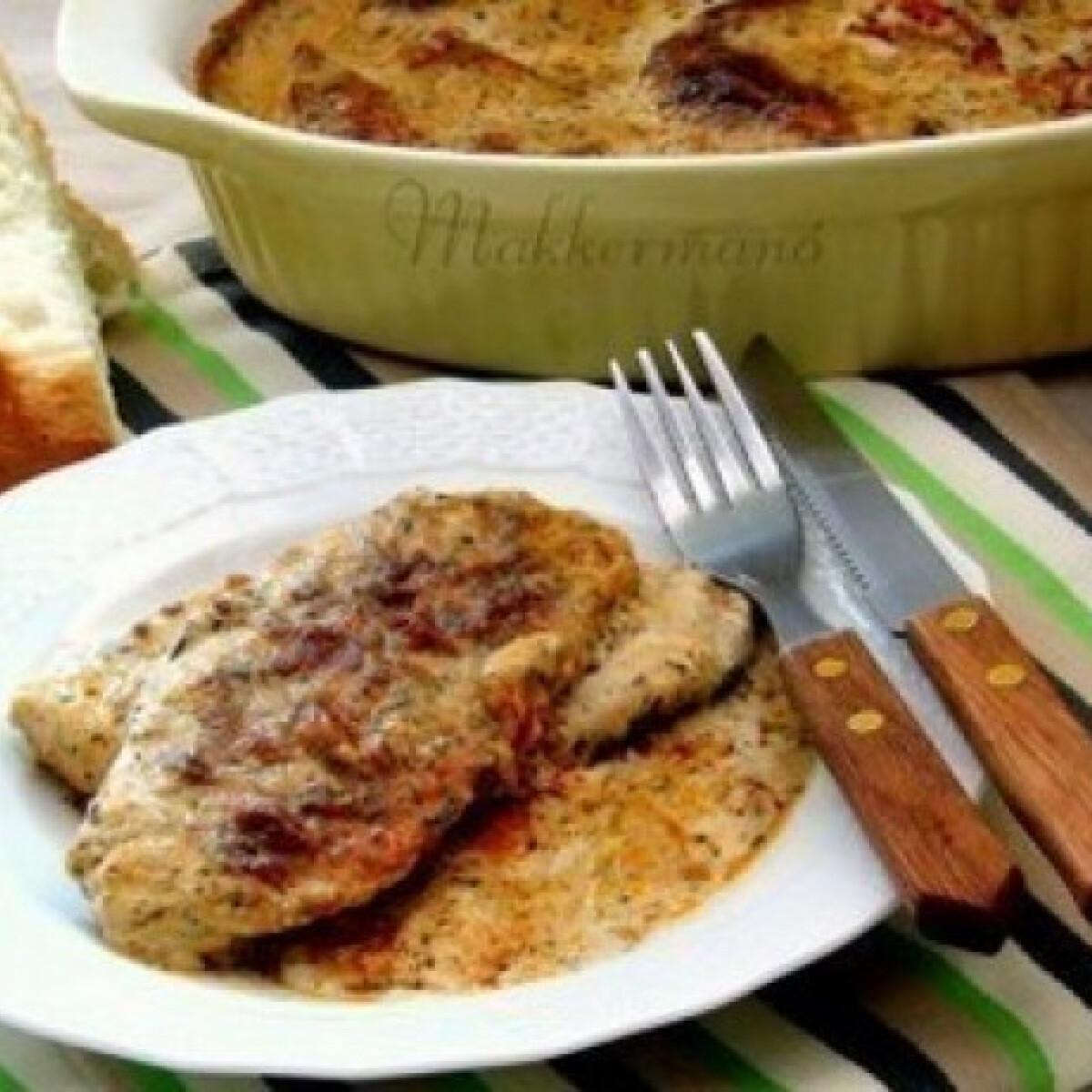 Ezen a képen: Csirkemell fűszeres-tejszínes mártásban
