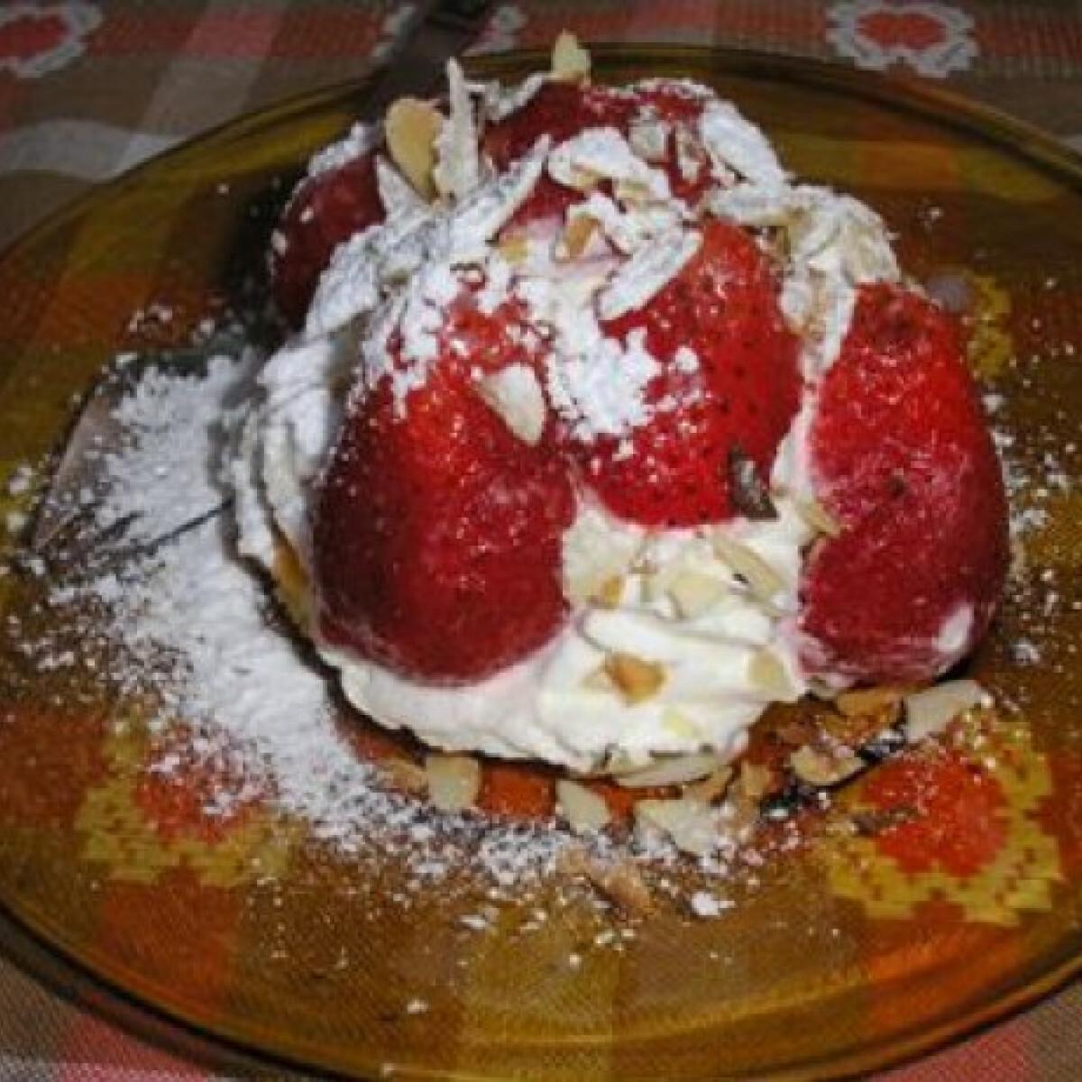 Ezen a képen: Epres tortácska Zsuzsamama konyhájából