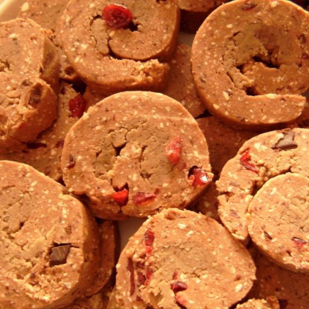 Ezen a képen: Gesztenyés-vörösáfonyás keksztekercs lekvárral