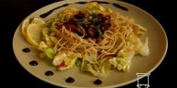 Fűszeres kagyló-spagetti salátaágyon