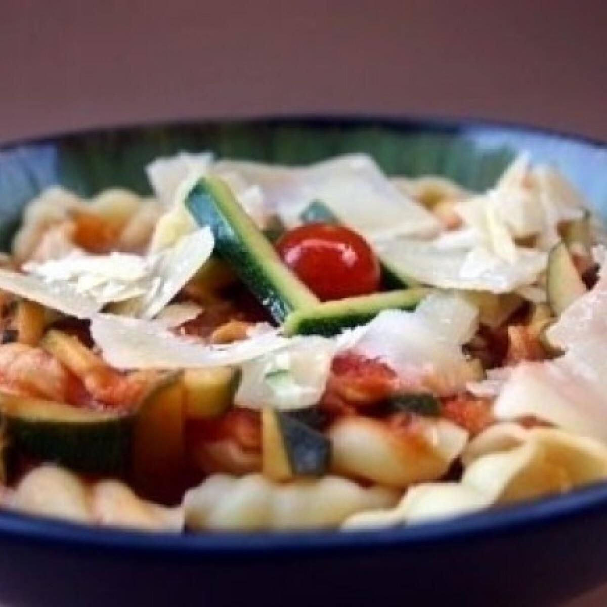 Ezen a képen: Cukkínis-paradicsomos tészta