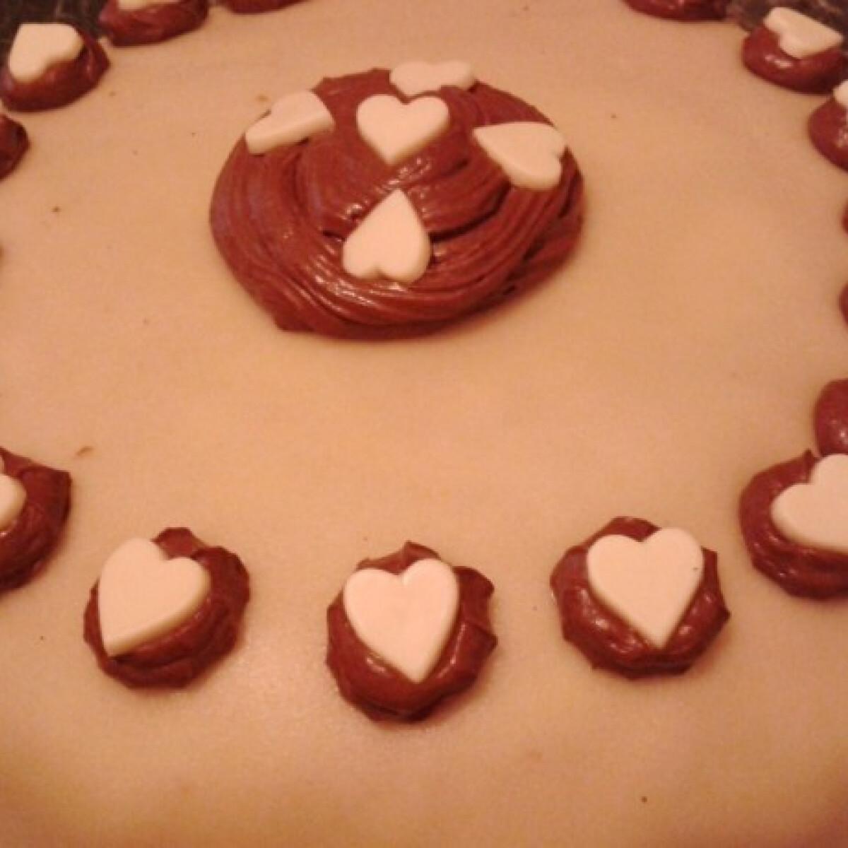 Ezen a képen: Gesztenyés-csokikrémes-marcipános diótorta