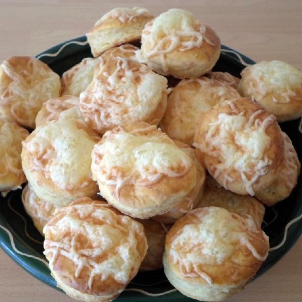 Ezen a képen: Tejfölös-sajtos pogácsa Csilla konyhájából