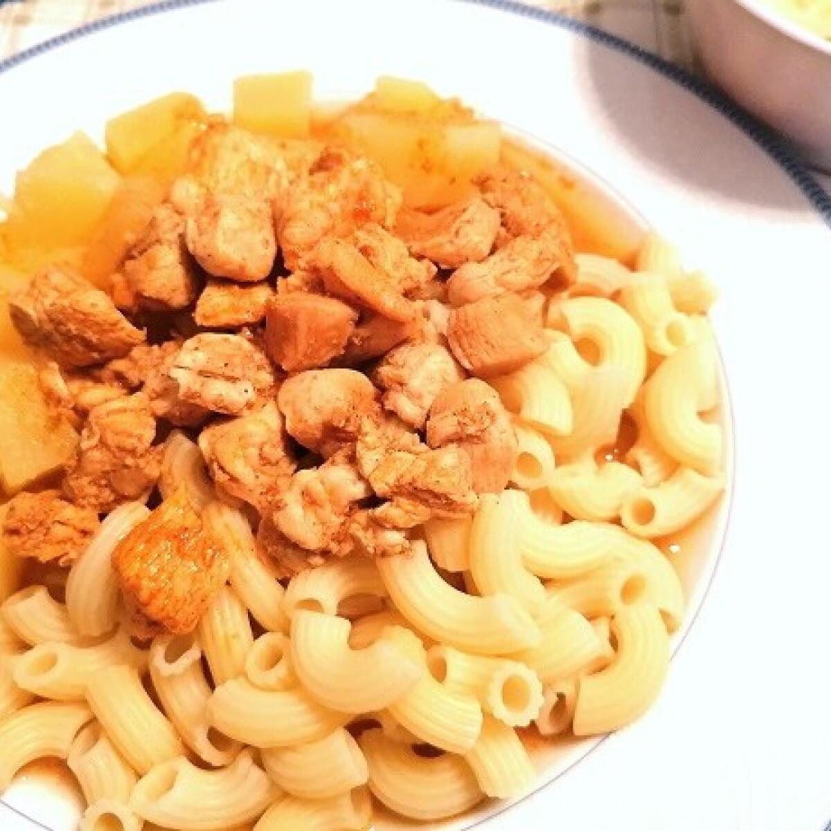 Ezen a képen: Csirkepörkölt főtt krumplival és tésztával