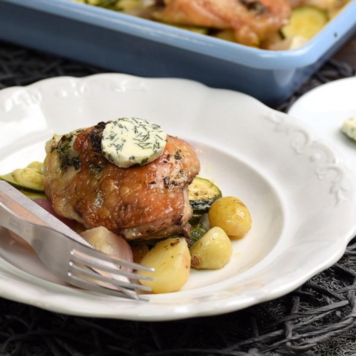 Zöldséges-tepsis csirke fűszervajjal