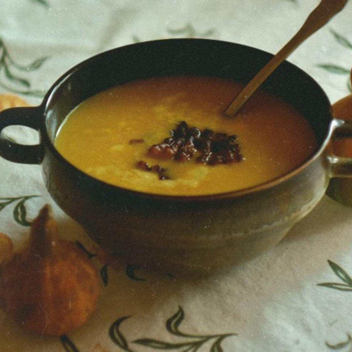 Ezen a képen: Currys sütőtökkrémleves baconchips-szel