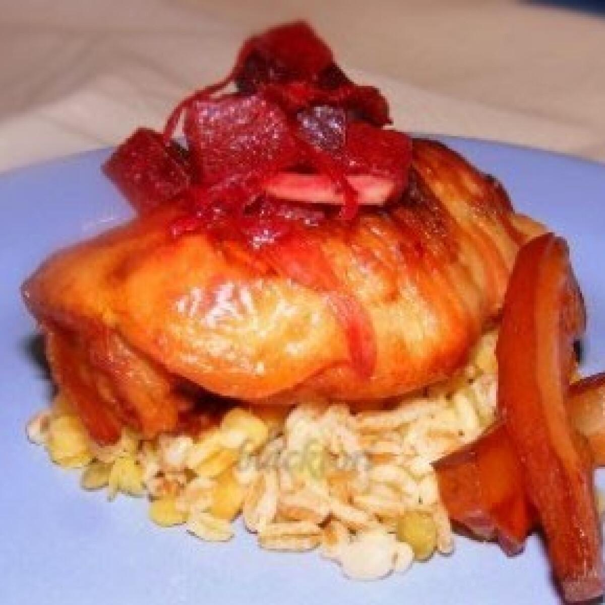 Ezen a képen: Pácolt csirkecomb, baconbe tekerve céklasalátával