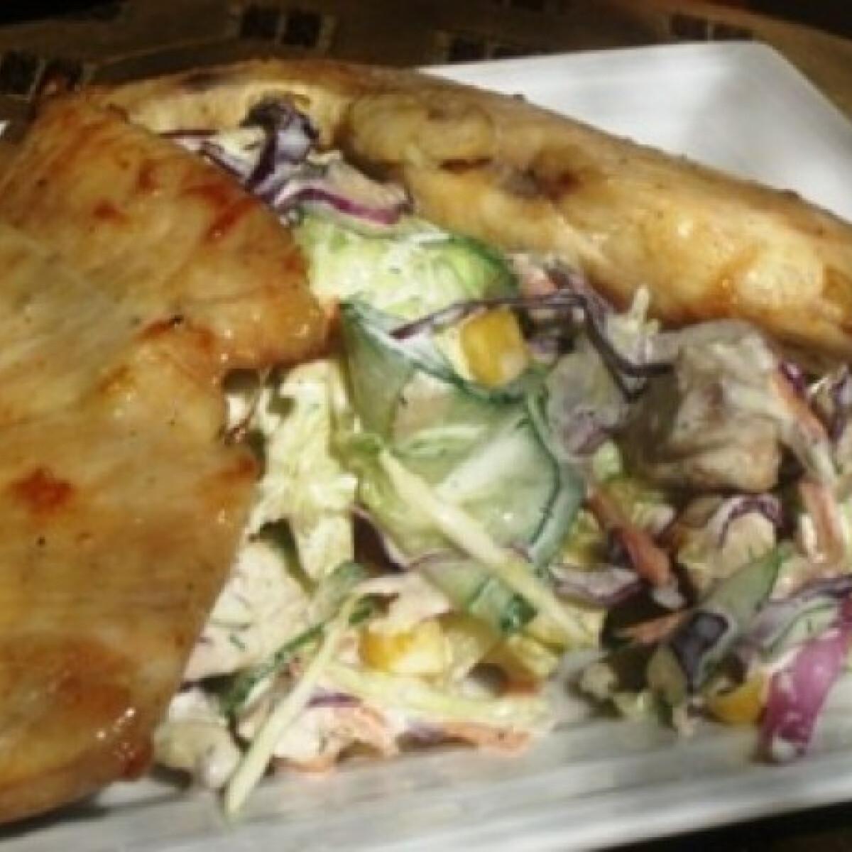 Ezen a képen: Csirkemell salátaágyon