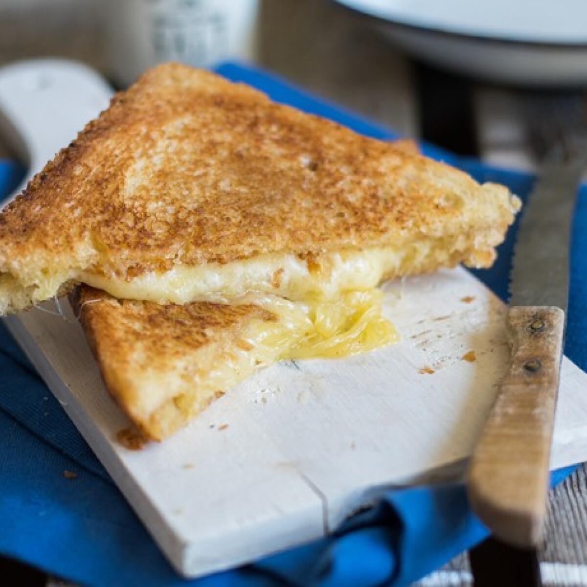 Ezen a képen: Grilled cheese szendvics