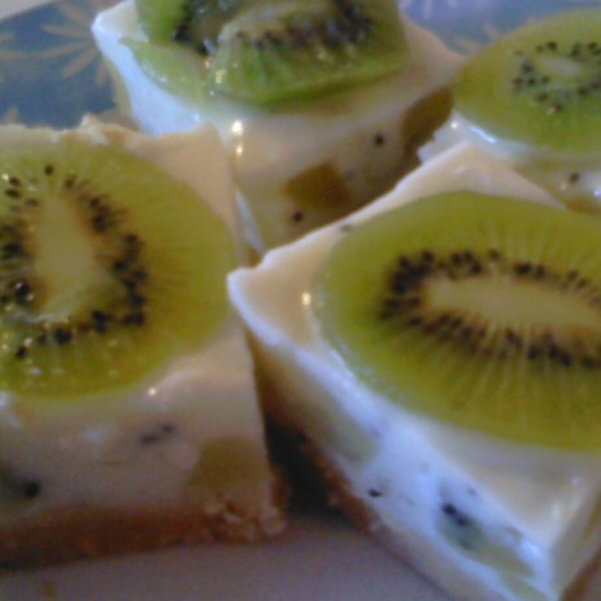 Ezen a képen: Kivis-joghurtkrémes kockák