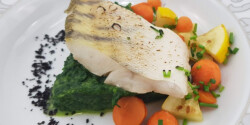 Fogasfilé spenótkrémmel és zöldségekkel