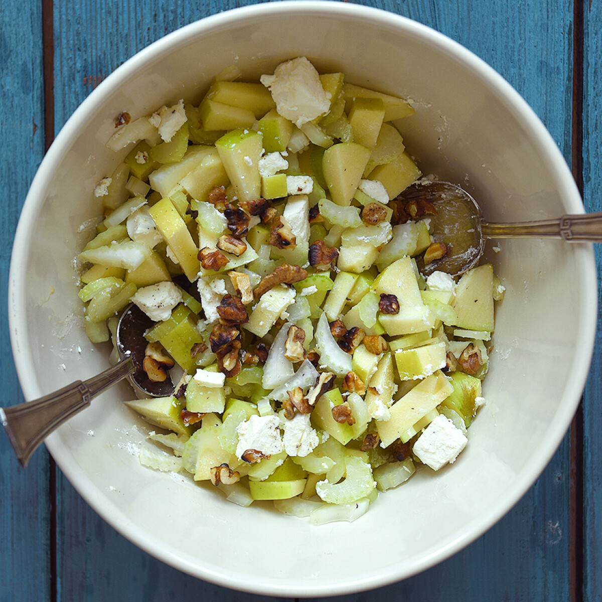 Zelleres-almás-diós-fetás saláta