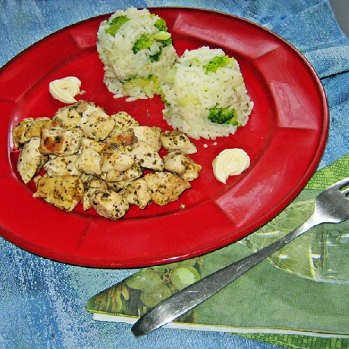 Ezen a képen: Csirkemell kockák brokkolis rizzsel