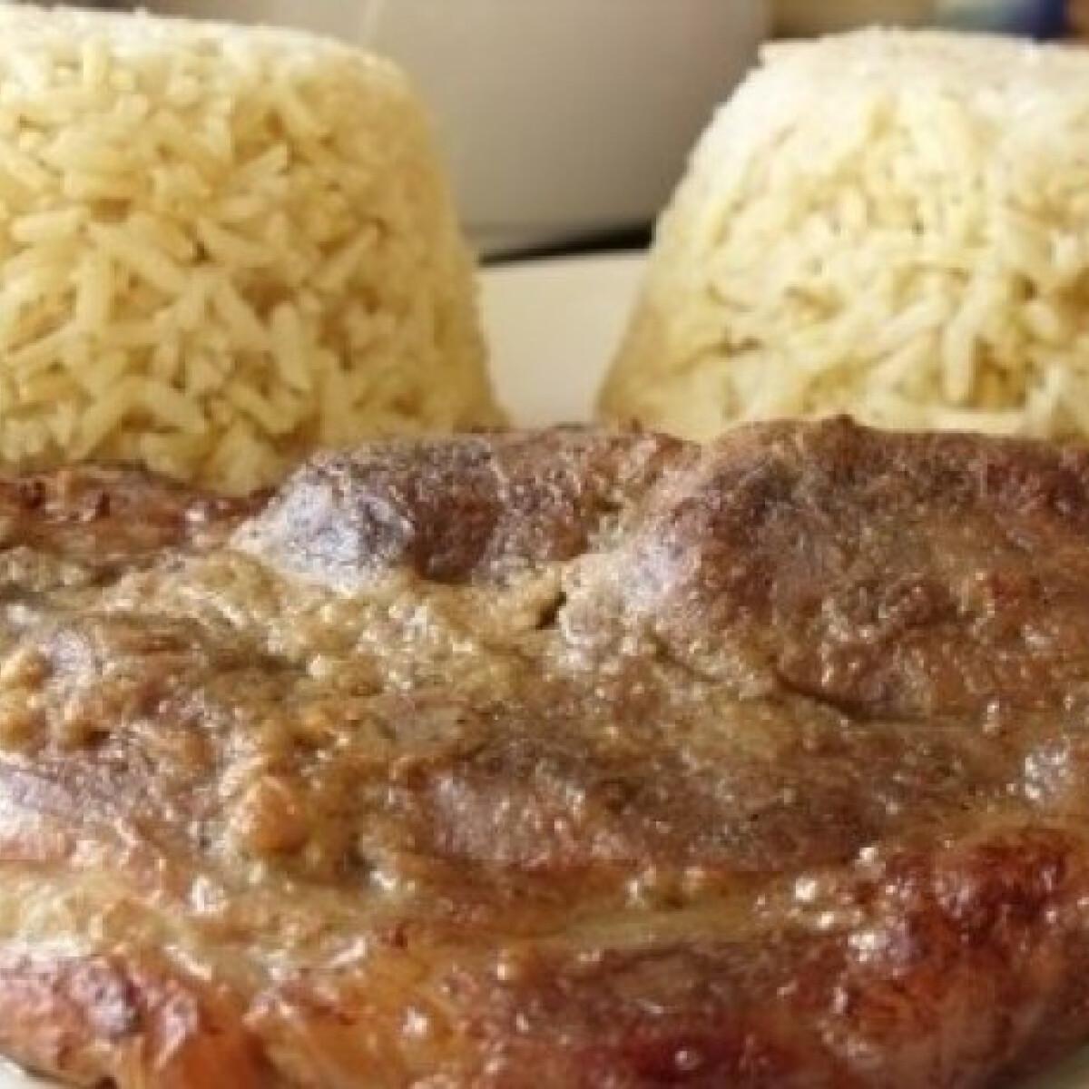 Mustárban pácolt tarjaszeletek currys rizzsel
