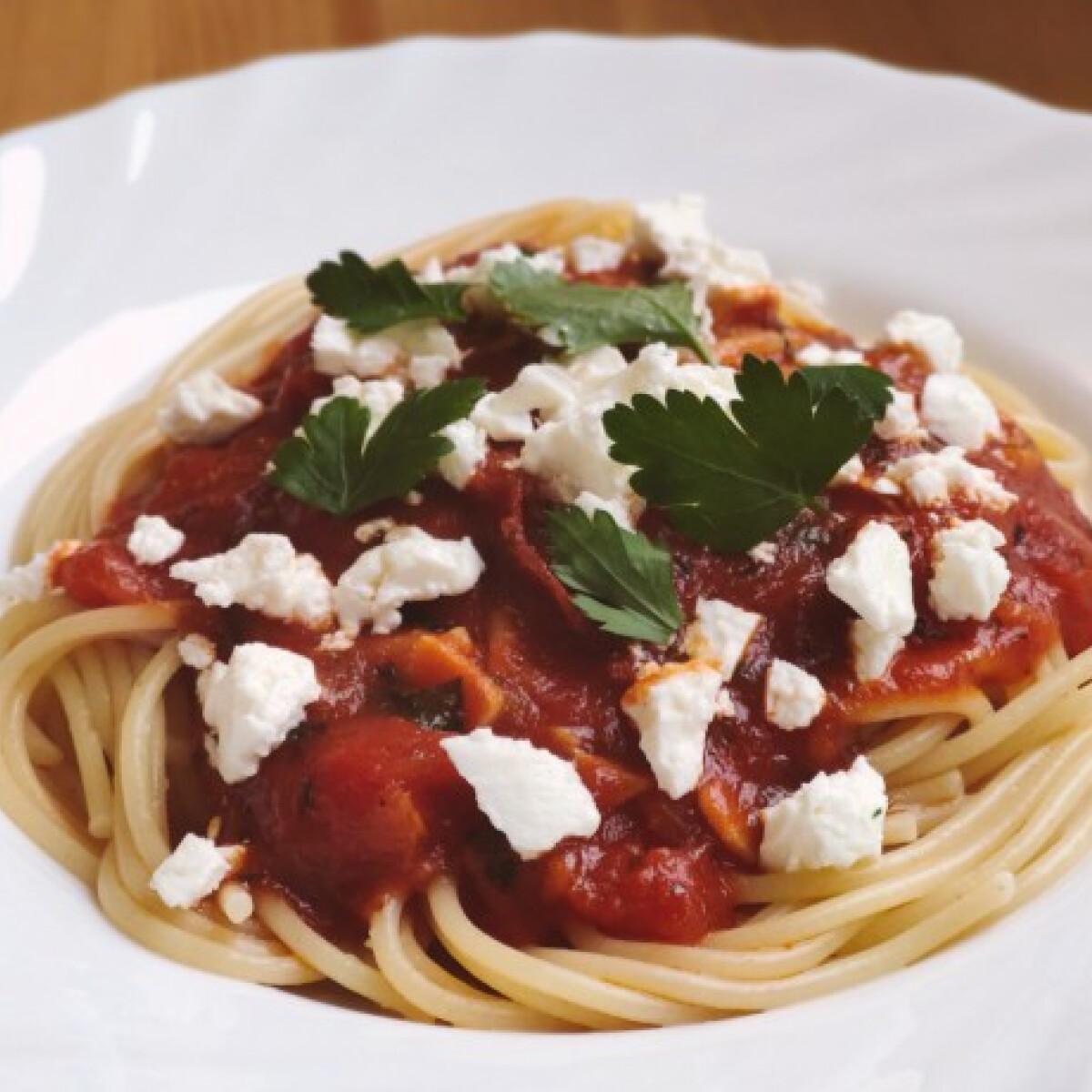 Ezen a képen: Egyszerű paradicsomos-fetás spagetti
