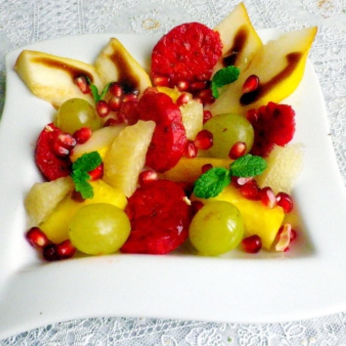Ezen a képen: Gyümölcssaláta Évi néni konyhájából