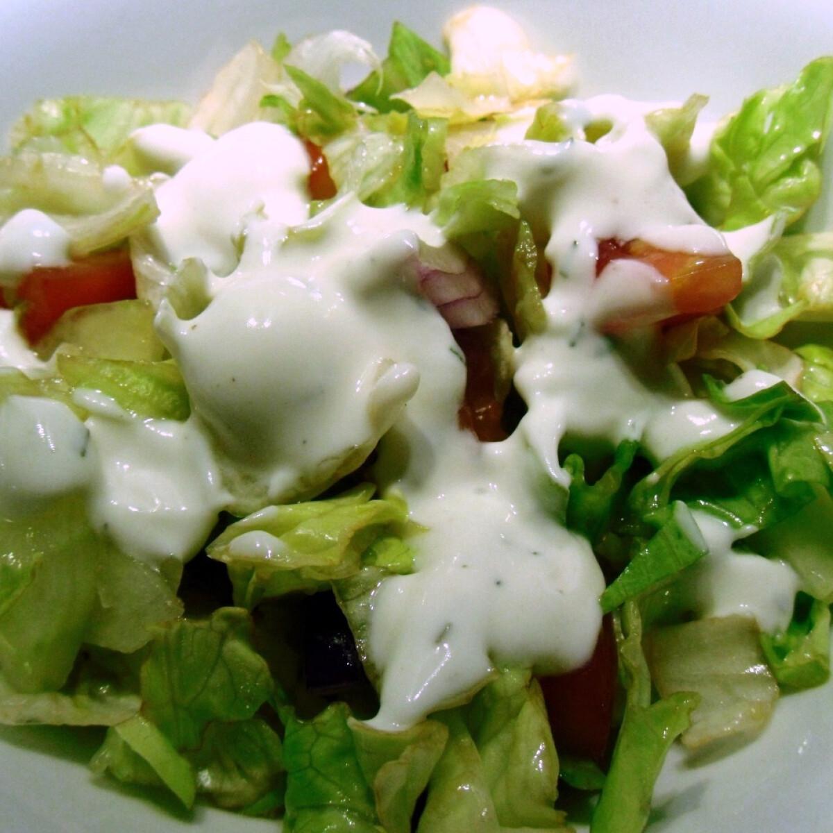 Ezen a képen: Vegyes saláta tárkonyos joghurtmártással
