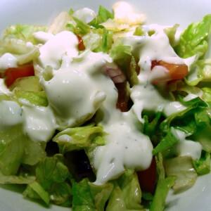 Vegyes saláta tárkonyos joghurtmártással