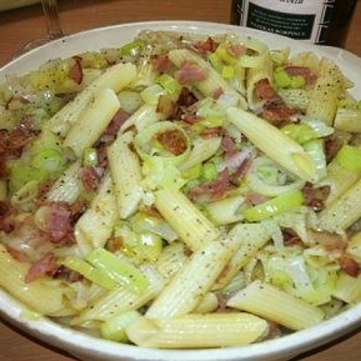 Póréhagymás-baconös tésztasaláta