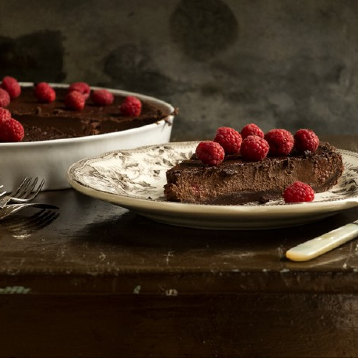Ezen a képen: Tonkababos-csokoládés pite málnával
