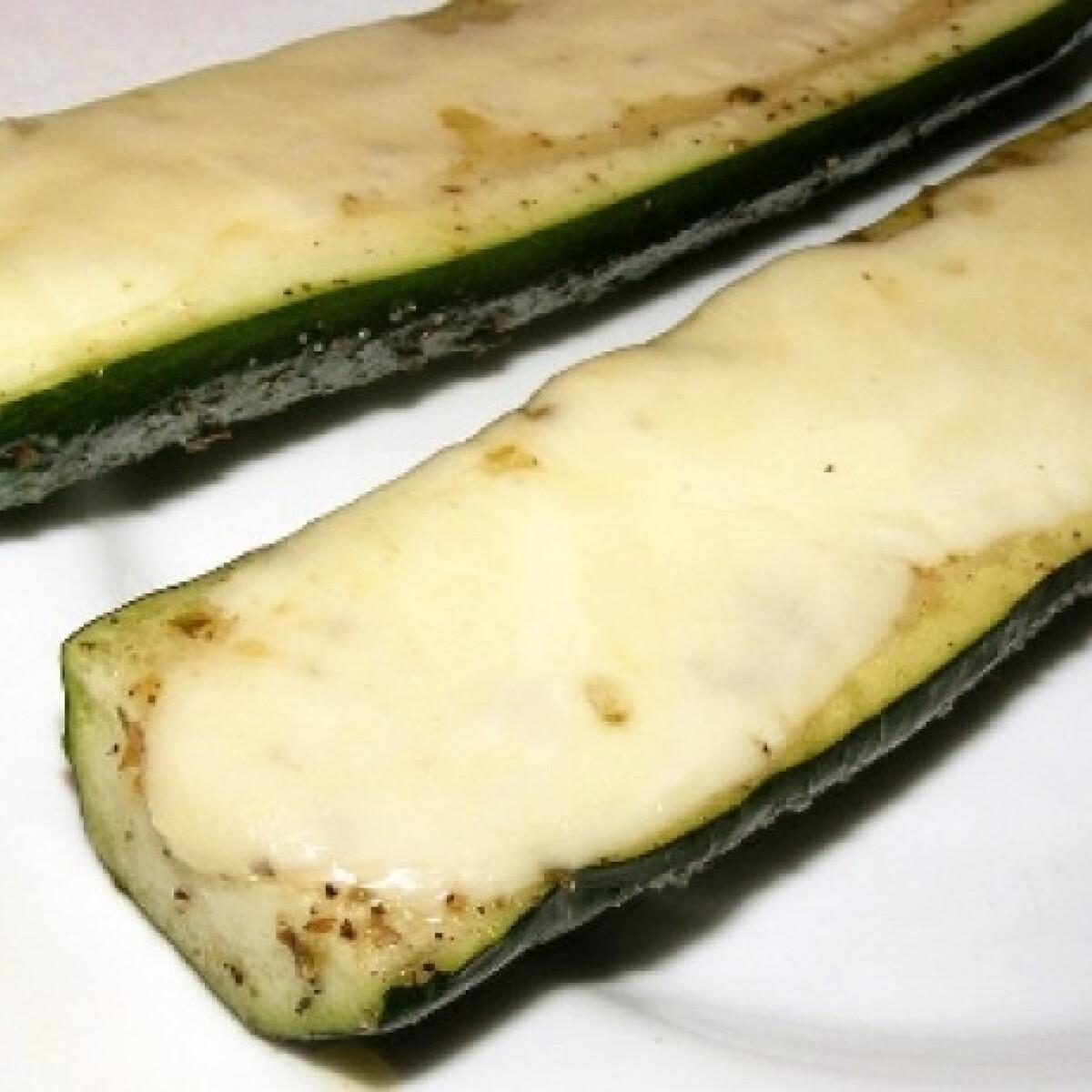 Ezen a képen: Grillezett mozzarellás cukkini