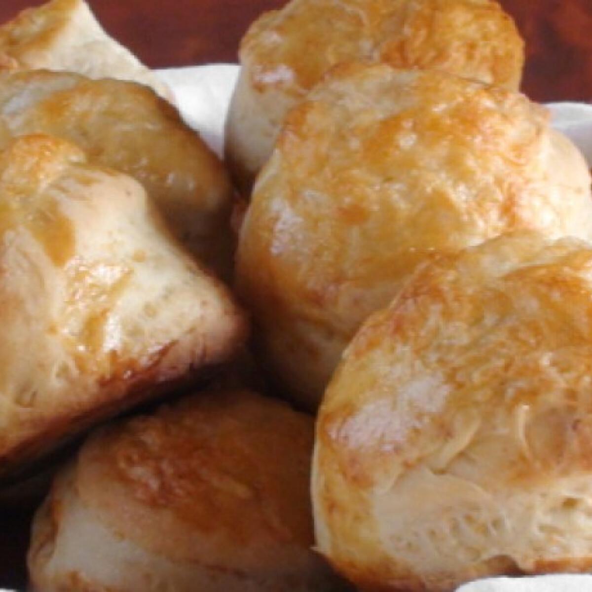 Ezen a képen: Kelesztés nélküli sajtos pogácsa